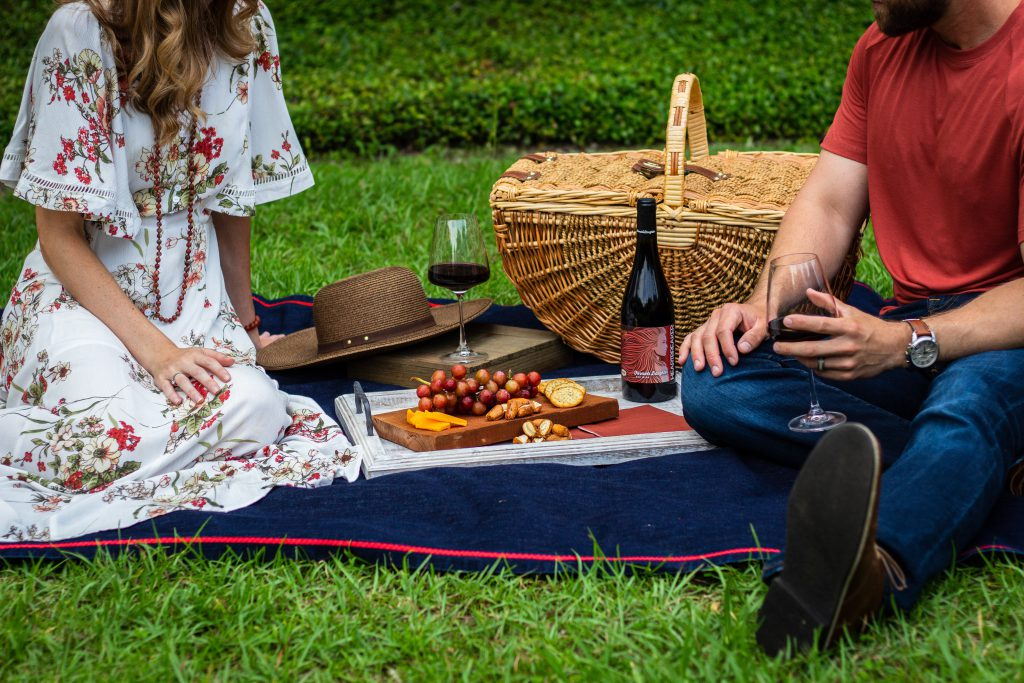 Picnic basket food ideas anda a couple drinking wine
